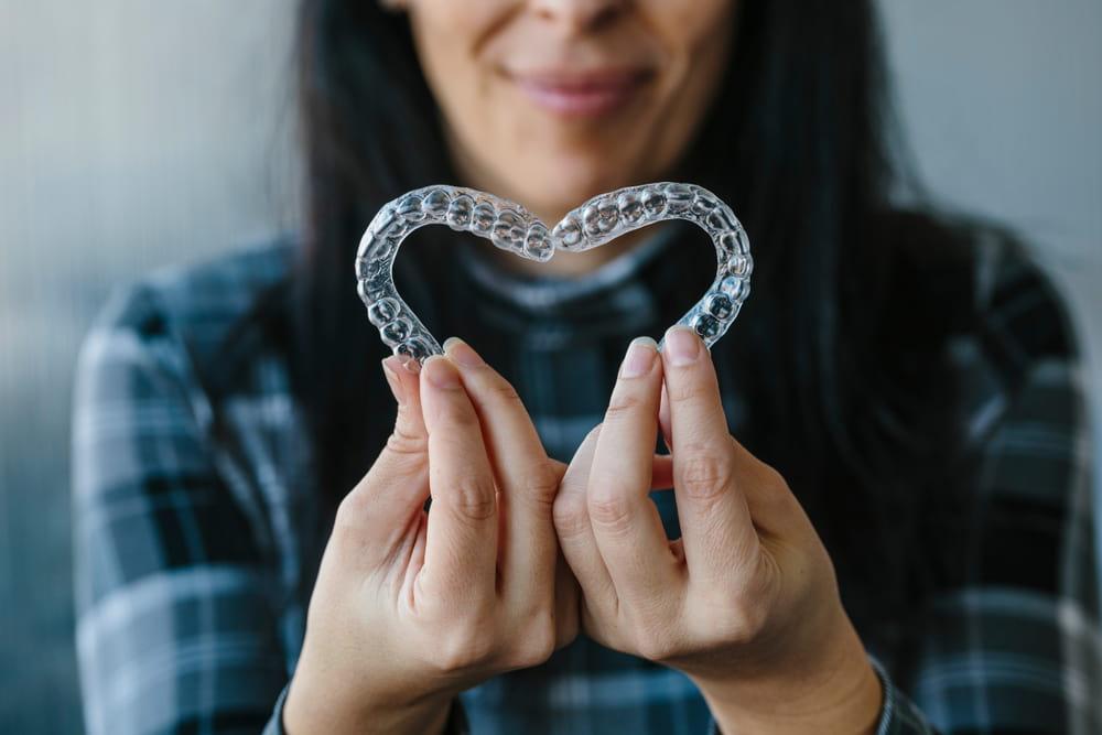יישור שיניים בשיטת אינויזליין עדיף על גשר